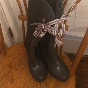 Wedge rain boots with laces